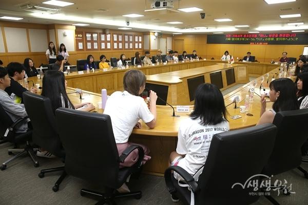 ▲ 부천·가와사키 청소년포럼 '하나' 청소년들이 부천시청을 방문했다.
