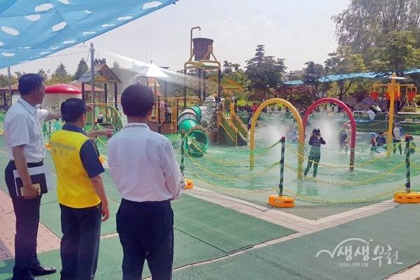 ▲ 송유면 부천시 부시장이 공원 물놀이장 현장을 점검했다.