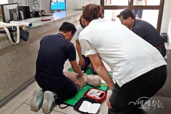 ▲ 부천시가 자동심장충격기 설치기관을 점검하고 심폐소생술 교육을 진행한다.
