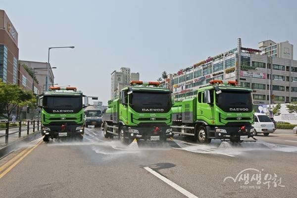 ▲ 도로 열기를 식히기 위한 살수차량 운행모습