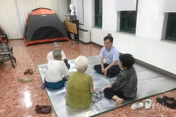 ▲ 장덕천 부천시장이 잠자리 쉼터를 찾아 이용자들과 이야기를 나누고 있다.
