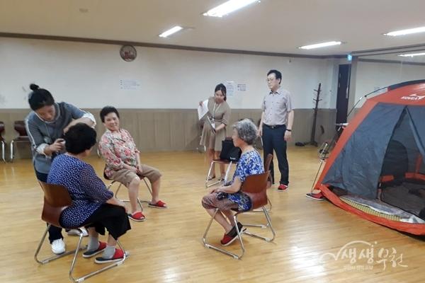 ▲ 간호사가 잠자리 쉼터 이용자들의 건강을 체크하고 있다.