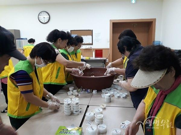 ▲ 춘의동 복지협의체 위원들과 희망봉사단원들이 만든 천연살충제를 소분하고 있다.