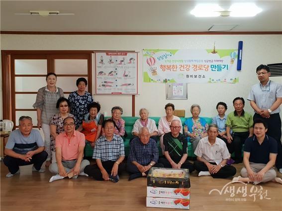 ▲ 춘의동 통장협의회는 경로당 무더위 쉼터에 과일을 전달했다.