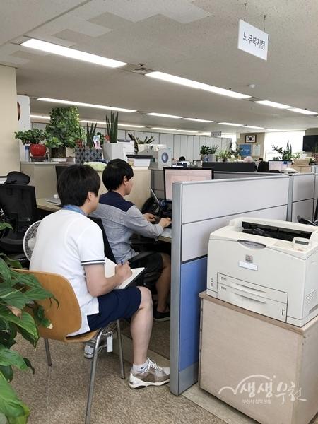 ▲ 부천시 직원들이 반바지를 입고 근무하고 있다.