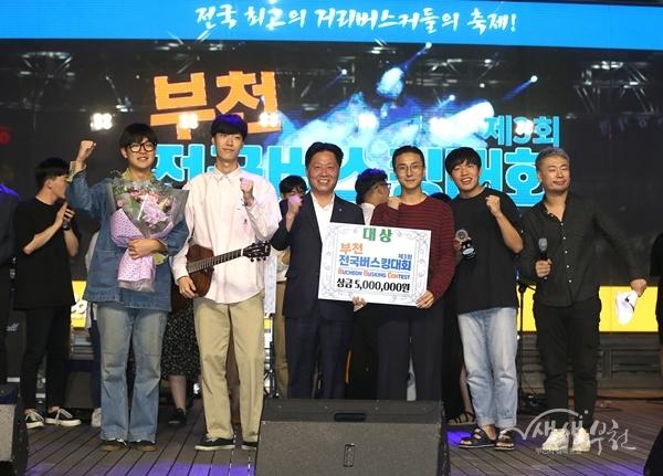 ▲ 장덕천 부천시장(가운데)이 대상을 수상한 '클럽 토이디'팀에 시상하고 기념촬영을 하고 있다.