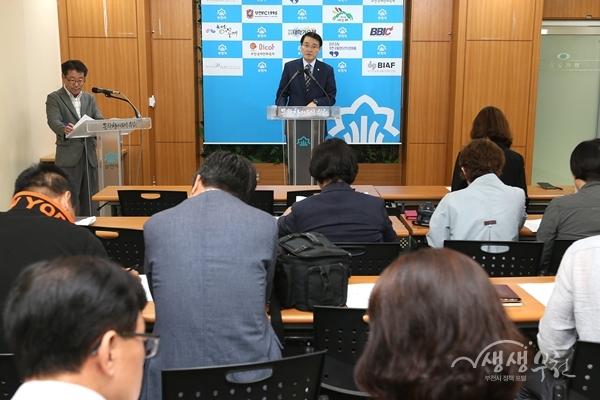 ▲ 이진선 경제국장이 언론브리핑을 하고 있다.
