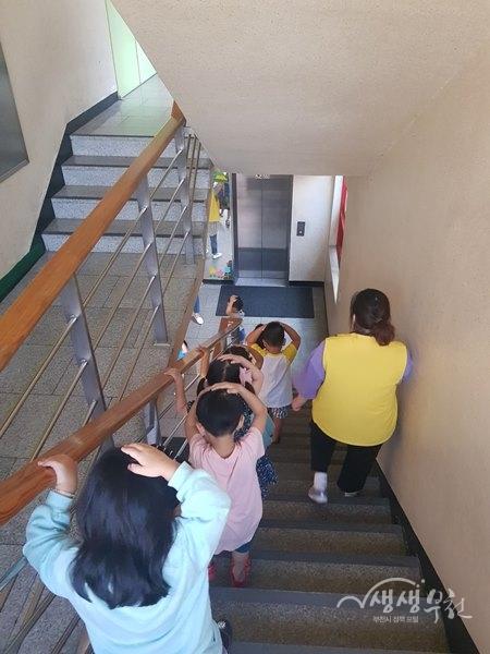 ▲ 아동들이 지진대피요령에 따라 머리를 감싸고 대피하고 있다.