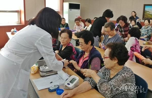 ▲ 방문간호사가 어르신들의 건강을 체크하고 있다.