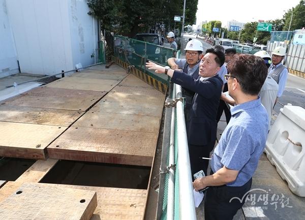 ▲ 장덕천 부천시장이 소사정거장 남측 출입구 공사현장을 점검하고 있다.