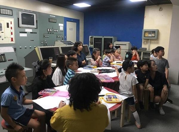 ▲ 중앙제어실에서 진행되는 위클리 스튜디오에 참가한 학생들 모습(B39 페이스북 사진 제공)