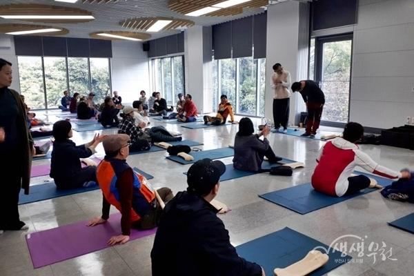 ▲ 자활사업 참여자들이 명상 스트레칭 프로그램에 참여하고 있다.