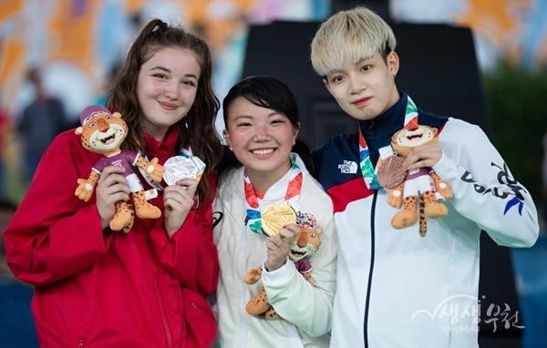 ▲ 유스올림픽 동메달을 획득한 김예리(오른쪽)이 일본의 Ram(가운데), 캐나다 Emma와 기념촬영을 하고 있다.