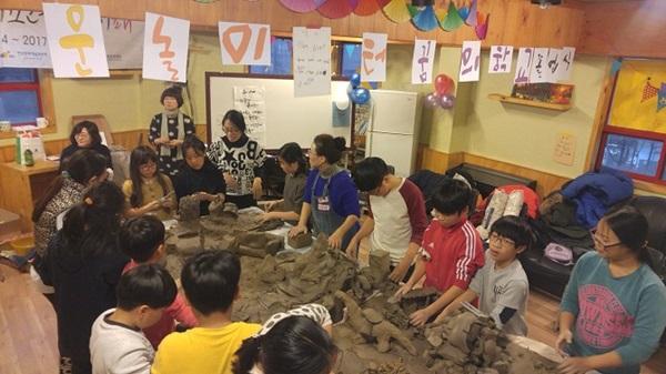 ▲ '시끄러운 놀이터'에서 흙놀이 활동을 하는 아이들 모습