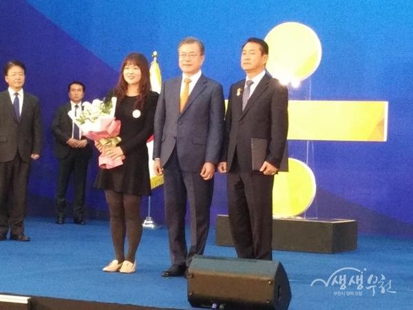 ▲ 제6회 지방자치의 날 기념식에서 대통령상을 수상한 송길호 심곡1동 주민자치위원장(오른쪽)