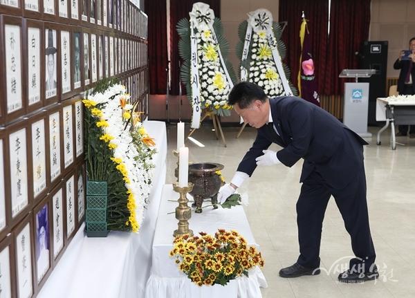▲ 장덕천 부천시장이 항일독립운동 선열 추모제에서 헌화하고 있다.