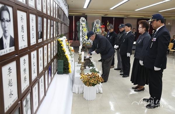▲ 항일독립운동 선열 추모제에서 참석 내빈들이 헌화 및 분향을 하고 있다.
