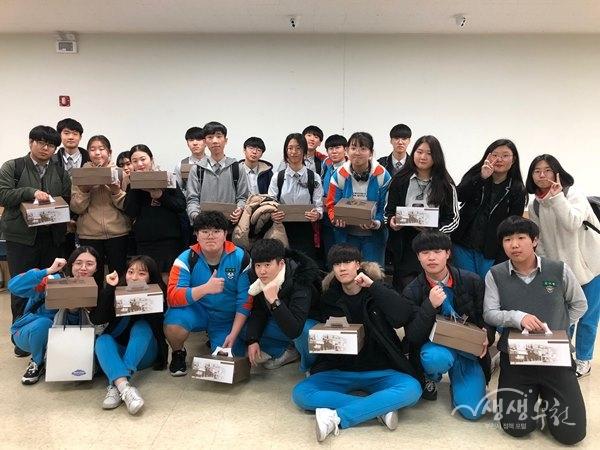▲ 소사고등학교 학생들이 직접 만든 떡케이크를 들고 기념사진을 찍고 있다.