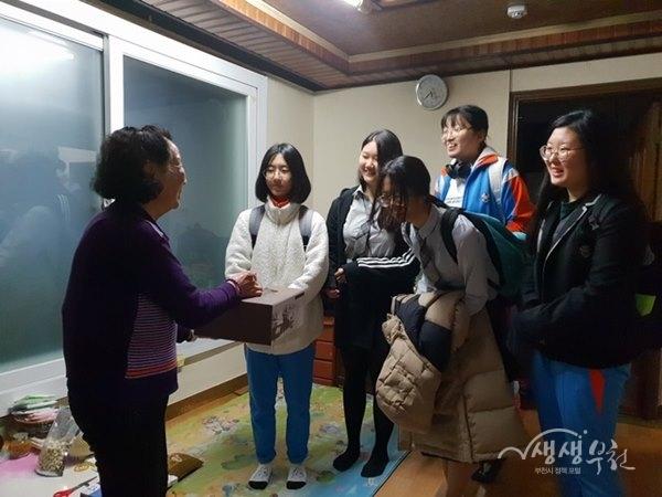▲ 소사고등학교 학생들이 만든 떡케이크를 어르신께 전달하고 있다.