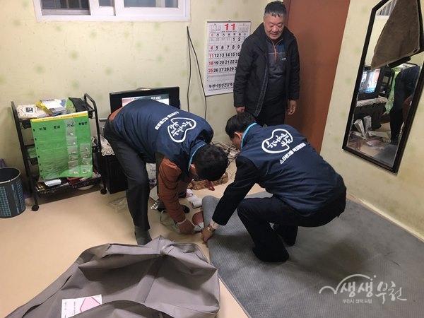 ▲ 소사본3동 복지협의체 위원들이 난방용품을 전달했다.