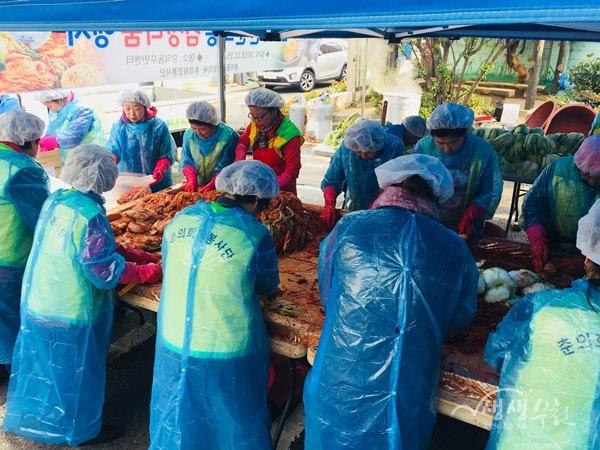 ▲ 김치를 담그고 있는 춘의동 복지협의체 위원들과 자원봉사자들
