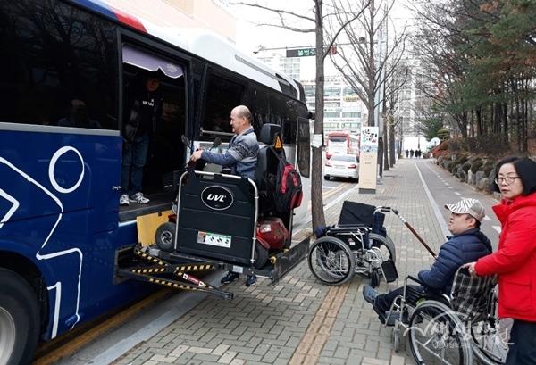 ▲ 역사문화 탐방을 위해 장애인 특장차에 탑승하는 모습