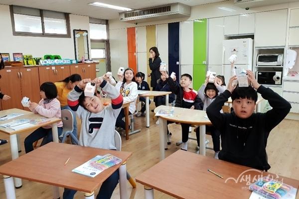 ▲ 부천시 한 초등학교 아동들이 건강식생활 교실에 참여하고 있다.
