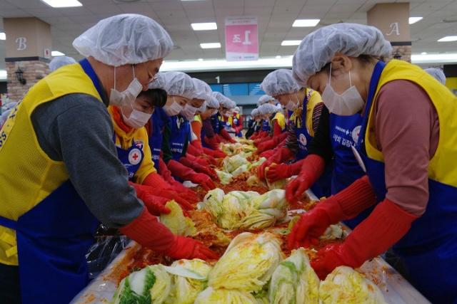 ▲ 어려운 이웃을 위하여 열심히 김장을 버무리는 봉사원들