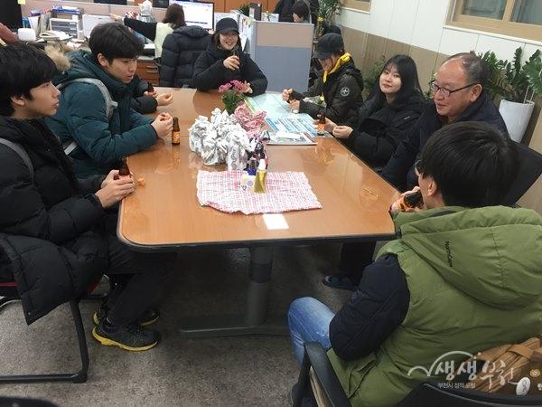 ▲ 부천 산학교학생들이 직접만든 천연샴푸, 스킨, 로션을 송내2동에 전달하고 있다.