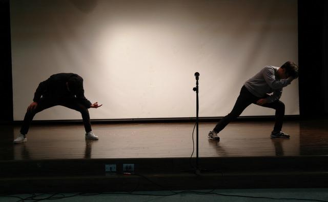 ▲ '죽겠다'를 주제로 한국 댄스를 공연하는 청소년들