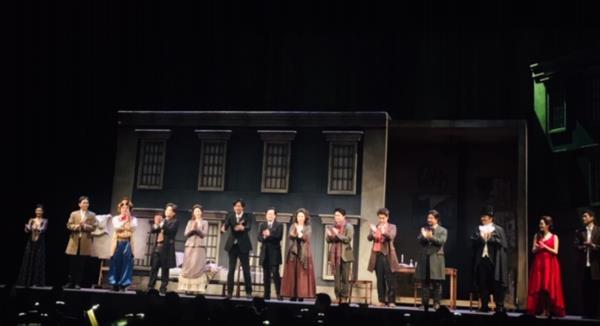 ▲ 공연을 마무리하고 관객들에게 인사하는 박영민지휘자와 오페라 주요배역들