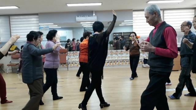 ▲ 스포츠 댄스의 어려운 스텝도 척척 따라하는 어르신들