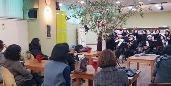 ▲ 우크렐라 회원들의 크리스마스 케럴 공연