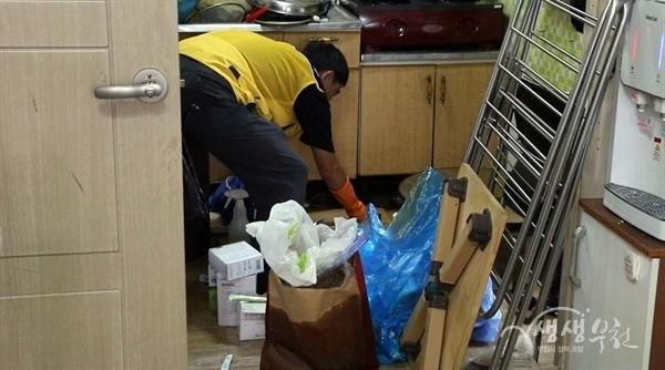 ▲ 러브하우스 프로젝트에서는 냄새나는 화장실과 주방, 쓰레기가 가득 차 있는 집안을 깨끗하게 청소했다.