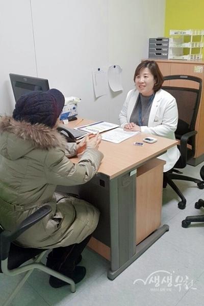 ▲ 오정치매안심센터에서 검진을 받고 있는 어르신