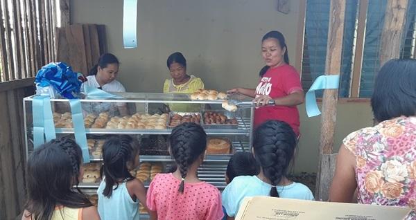 ▲ 필리핀 산타페마을에 세워진 마을 공동 빵집
