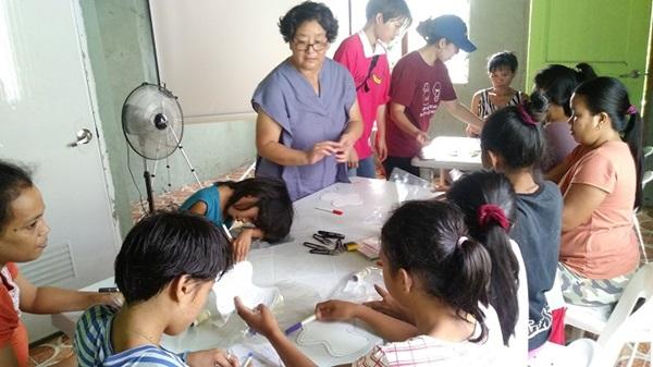 ▲ 제3세계 여성들에게 여성의 몸에 관한 교육의 일환으로 대안 생리대를 제작 중인 모습