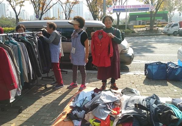 ▲ 토요 나눔장터에서 기증 받은 물품을 판매하고 있는 잭과 콩나무 식구들