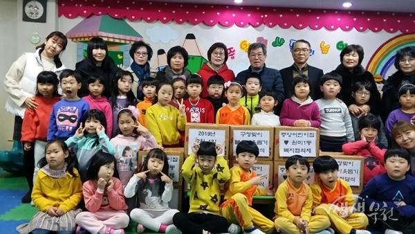 ▲ 원미1동 소재 중앙어린이집에서 어려운 이웃을 위한 라면 10박스를 후원했다.