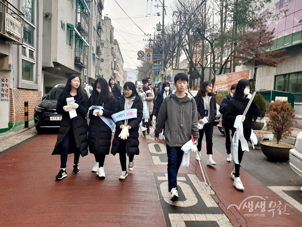 ▲ 청소년들이 거리에서 쓰레기 무단투기 예방 캠페인을 벌이고 있다.