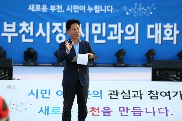 ▲ 시민들과 대화를 나누고 있는 장덕천 부천시장