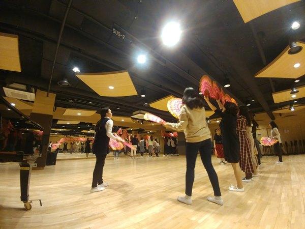 ▲ 부천공연예술연습공간 대연습실에서 예술단체의 부채춤 연습이 펼쳐지고 있다.