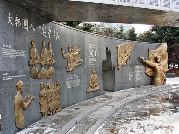 ▲ 안중근공원에 마련된 안중근 의사 일대기와 역사적인 주요 장면을 스토리 형태로 구성한 기념 조형물