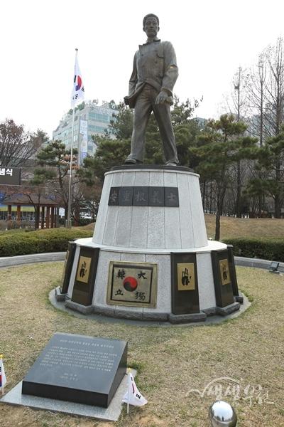 ▲ 안중근공원의 안중근 의사 동상