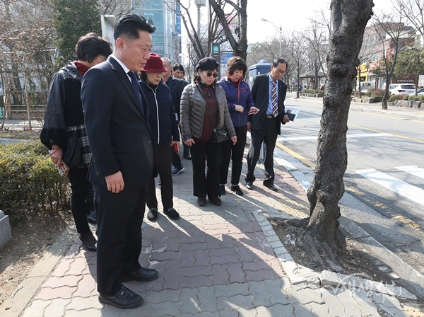 ▲ 장덕천 부천시장이 약대초등학교 후문 보행로 현장을 확인하고 있다.