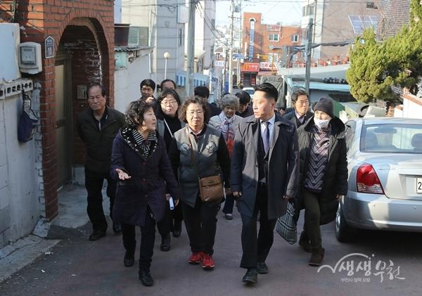 ▲ 장덕천 시장이 주민들과 은행단지를 둘러보고 있다.