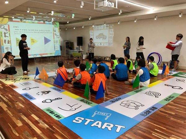 ▲ ▲ 2018 지역문화전문인력 양성과정 중 교육생들이 직접 기획한 프로젝트 '놀이땅 마블'을 선보이고 있다.