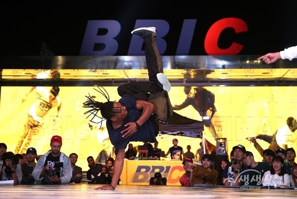 ▲ 2018년 9월14일~16일간 개최된 부천국제비보이대회(BBIC)에서 배틀을 하고 있는 참가자.