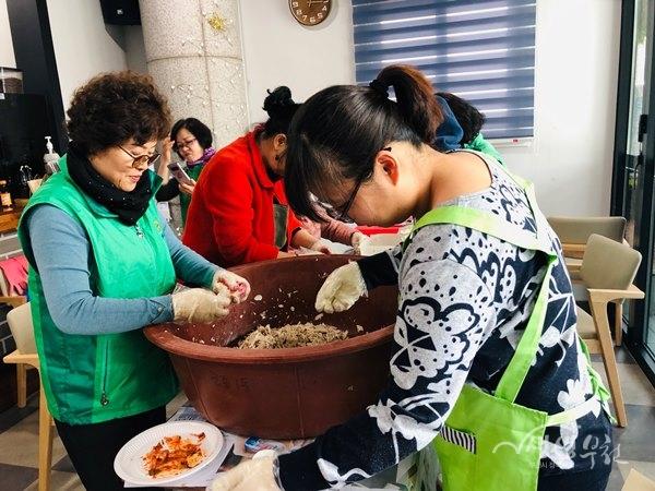 ▲ 원종1동 새마을부녀회, 어르신 초청 건강음식 대접