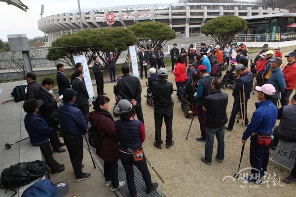 ▲ 장덕천 부천시장이 장애인골프협회 회원들과 대화를 나누고 있다.